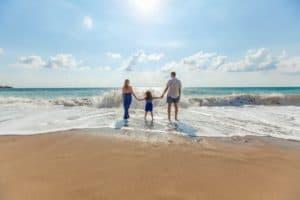 Vater-Mutter-Kind-Strand und Meer