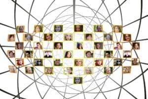 Viele Fotos von Gesichtern mit Strichen vernetzt