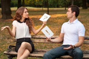 Ein Paar in Beziehung spricht miteinander und versteht sich nicht