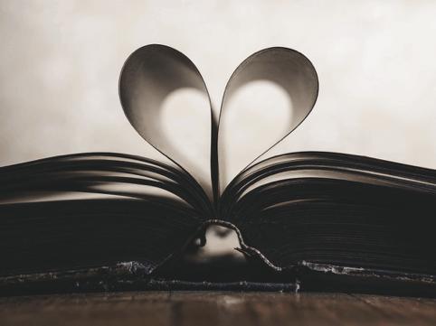 ich von der Seite, aufgeschlagen, Zusammengebrachten Seiten bilden ein Herz
