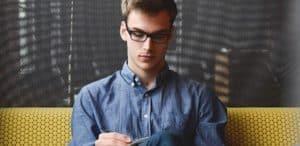 junger Mann schreibt in ein Heft