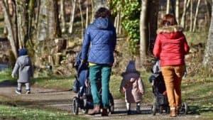 Mütter und Kinder im Wald